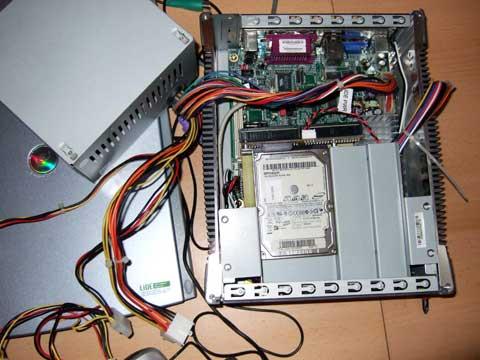 Aufgeschraubtes Mini-ITX-System mit defektem Netzteil